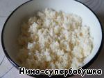 """КОКОСОВАЯ - собственно """"КУДРЯШКИ"""". 4 пакетика белой кокосовой стружки (160 г), 80 г сахара, 100 г сливочного масла комнатной температуры. Все хорошо перемешать руками, чтобы получилась масляная крошка."""