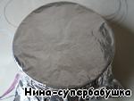 Духовку заранее разогреть до 180*С.   Форму необходимо накрыть фольгой. Это делается для того, чтобы наша прелестная рыженькая Сью случайно не превратилась через полчаса в брюнетку, т. к. кокосовая стружка зарумянивается очень быстро. Ставим пирог в духовку и, чтобы этого не произошло, первые 45 минут печем пирог под фольгой.