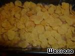 Вверх пирога посыпаем кукурузными хлопьями и отправляем в разогретую до 180 градусов духовку.