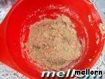 Муку насыпать в миску и залить кипятком (все продукты измеряются в мл.).