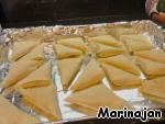 В случае с тестом фило: первый лист фило смазываем растопленным сливочным маслом, на него переносим второй лист теста. Нарезаем на полоски одинаковой ширины. Сворачиваем пирожки, но их смазываем растительным маслом.   Печем до золотистого цвета.
