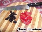 Cut the prunes and pepper.