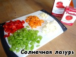 Put the saucepan on the fire (the author advised heavy fire, I roast on average), pour the oil. Cut the vegetables, put them in a pan with oil as cutting. I chopped all at once and then gradually added to the kastyulya. (Photo shows my tomato and tomato paste).