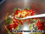 Onion, pepper and garlic (garlic is also cut, not push).  Fry the vegetables in a saucepan for 15-20 minutes, stirring occasionally.