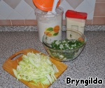 All the greens finely chop and mix in a bowl, onion labor on a grater for Korean carrot, because this grater to cut it, not choking, if You do not have a grater, then finely chop with a knife and add to the bowl.  Zucchini is also true on the same grater and add to the greens.