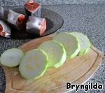 Zucchini cut into thick rings and lay them on a piece of fish. Ring of zucchini you can grate the garlic salt or just salt.