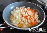 For the filling, onions and carrots grate on a grater and fry a little (will have another treatment in a double boiler), add a little salt and spices to taste and will start to make our our rings.