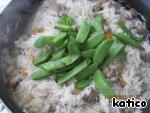 Готовим рис с овощами под крышкой 15 мин, затем добавляем к рису горошек и перемешиваем, готовим под крышкой 5-10 мин, рис перемешиваем, огонь выключаем и даем рису постоять еще 5 мин под крышкой.    Затем посыпаем сверху кунжутом и наслаждаемся вкусным и ароматным гарниром!