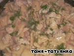 Fried chicken join with dumplings, add salt , water (200 ml) mayonnaise and chopped dill, cover with a lid and stew until ready.