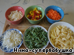 Meanwhile, prepare the vegetables. Wash, peel and cut carrots and celery sticks, potato cubes, leek - polyolefine, pepper - wide strips.