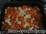 Then again, take out the baking sheet, lay meat slices of tomatoes,