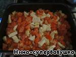 Затем снова вынуть противень, выложить на мясо кусочки помидоров,