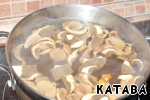 To the potatoes add the mushrooms, and cook for another 10 minutes. Salt.