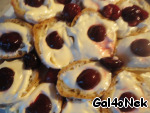 Put in halves of the eclairs cherries.