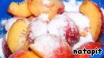 Нектарины нарезать на дольки и замариновать с сахаром и ликёром на 1 час.
