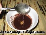 В полученную шоколадную смесь добавляем мёд и оставляем смесь на 10-15 минут