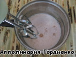 After the required time, in the chocolate-honey mixture, pour cold milk and whisk our cocktail mixer for 1-2 minutes