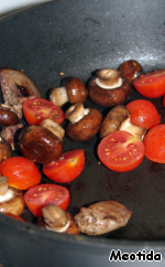 When the liver and mushrooms are almost done add to the pan the halved cherry tomatoes, sauté quickly - literally 20-30 seconds, remove the pan from the fire.