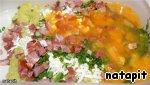 Кабачки натереть на тёрке. Поместить в дуршлаг, хорошо помять руками и отжать сок.   Добавить ветчину, сыр фета, лук, укроп, яйца.