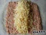 На крупной терке натираем сыр и половину выкладываем на середину фарша. Далее выкладываем отваренные макароны (желательно одним пучком) и посыпаем оставшимся сыром.