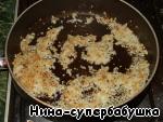 Spasserovat onion until Golden brown.
