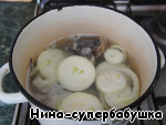 Fish to clean, gut, rinse well with cold water. Cut in half and spread in a wide, low pan. Pour cold water just to cover the fish, bring to boil, remove the foam, add the onion cut into rings, and cook on low heat for 5 minutes.