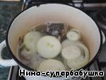 Рыбу почистить, выпотрошить, хорошо промыть холодной водой. Разрезать пополам и выложить в широкую, низкую кастрюлю. Залить холодной водой, только, чтобы покрыть рыбу, довести до кипения, снять пену, добавить луковицу, нарезанную кольцами, и варить на слабом огне 5 минут.