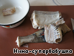 Turn off the heat, remove fish with a slotted spoon. Remove the fish skin, remove the bones.