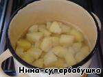 Картофель очистить, нарезать кусочками, засыпать в кипящую воду, довести до кипения, посолить и сварить до готовности.