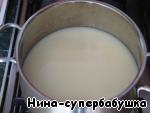 Влить молоко, довести до кипения, добавить рыбу и варить 5 минут.