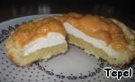 Так выглядят внутри. Можно ещё мелко порезать яблоко и добавить во взибтые белки и уже эту массу выкладывать на тесто - придаст влажности.