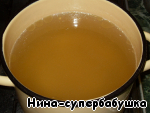 Cook the chicken broth. Chicken washed, put in a deep saucepan and cover with cold water, add 1 peeled and incised criss-cross onion and 1 small carrot, sliced into pieces. Put on high heat. After boiling, reduce heat, simmer broth on low heat, removing foam as it appears, until fully cooked chicken.