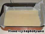Приготовить омлет: сырые яйца взбить венчиком, постепенно присоединить холодное молоко и посолить по вкусу. Выпекать в форме, смазанной маслом, в горячей духовке около 10-15 минут. Я для надежности застелила форму пекарской бумагой и смазала её маслом.