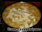 Добавить омлет и кусочки курицы, лавровый листик и прогреть суп в течение нескольких минут.