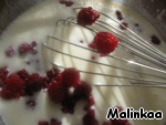 Add the raspberries and slowly pour the flour. Mix everything, let it sit a little. Flour can go more, it all depends on the density of the mixture.