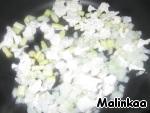 Лук и фасоль нарезаем на мелкие кусочки. Цветную капусту делим на соцветия.