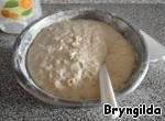 In one Cup of water dissolve the yeast and let them rise. In a bowl pour 1 Cup of whey, add salt and sugar and pour 1 Cup of flour, stir, pour the yeast coming up.