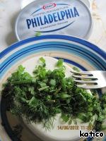 Свежую зелень порезать и смешать со сливочным сыром, посолить смесь по вкусу.