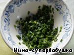 Зеленый лук мелко нарезать, посолить и размять ложкой до появления сока.