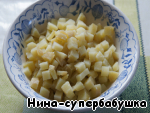 Cut the potatoes into small cubes.