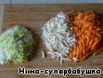 Морковь и сельдерей очистить и нарезать соломкой, порей измельчить.
