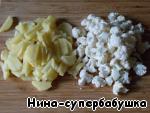 Картофель нарезать маленькими кусочками, капусту разобрать на совсем маленькие соцветия.