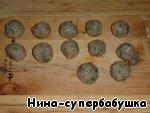 Из фарша скатать маленькие шарики и выложить их на разделочную доску.
