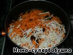 Морковь и сельдерей спассировать на растительном масле,