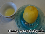 With half of the lemon erase zest and squeeze the juice.