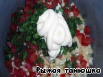 From tomatoes to remove the middle and also cut into cubes.  Finely chop the herbs, all combine and add mayonnaise.