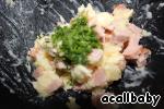 Смешиваем мякоть картофеля с мелко порезанными сосисками, сыром сулугуни, плавленым сыром (мягким, из баночки), добавляем укроп и сметану.