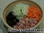 Бекон порубить очень мелко, лук и морковь нарезать мелкими кубиками.  Выложить овощи, чернослив, бекон и тимьян на фасоль..