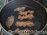 Ломтики беконной нарезки обжарить на сухой сковороде с обеих сторон до хруста, выложить на салфетку, чтобы впиталось лишнее масло.
