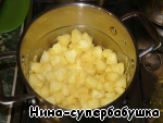 In the apples pour the warm broth, bring to boil and cook on low heat for 20-25 minutes.
